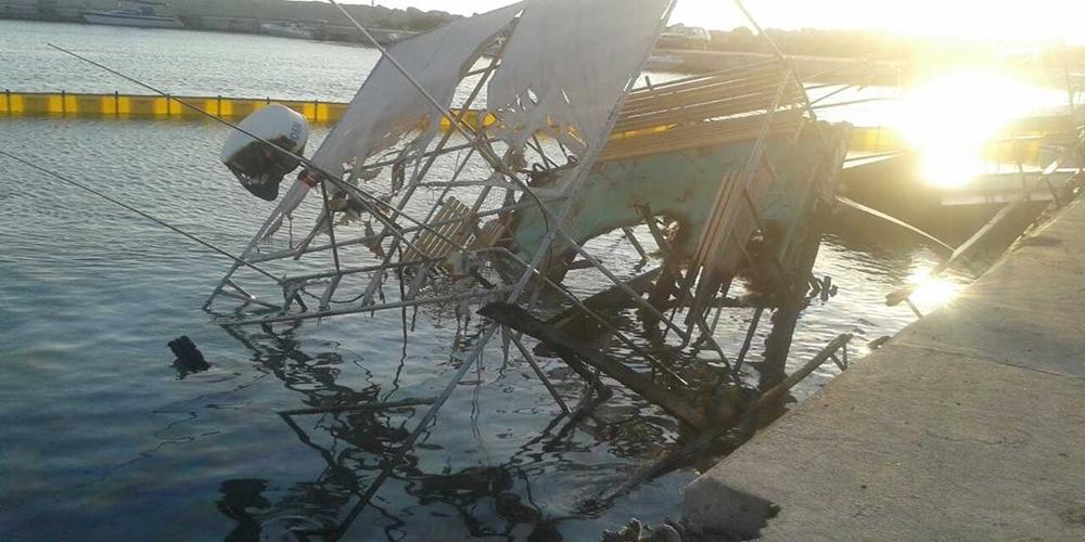 Σαμοθράκη: ΔΕΙΤΕ τί απέμεινε από το σκάφος «ΘΕΟΔΩΡΑ» που κάηκε χθες τα ξημερώματα