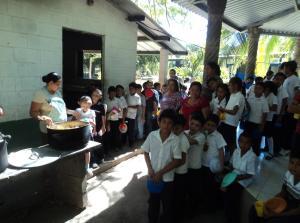 Essensausgabe in der Schule Amando López