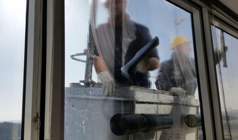 Odstranění zbytků lepidel, silikonů a tmelů ze skla. Mytí oken a práce ve výšce