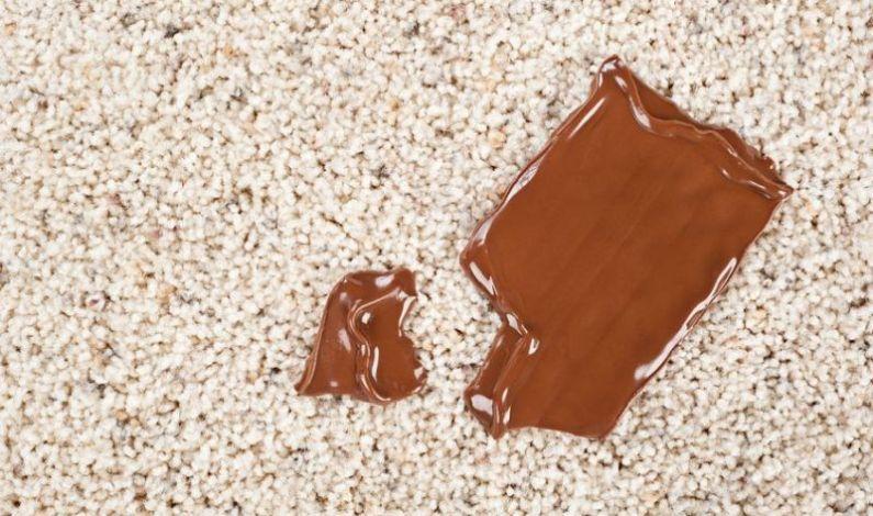 I skvrnu od čokolády je možné zkoberce odstranit zapomoci kotoučového stroje