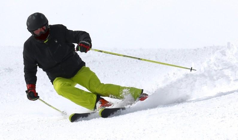 Na Špičáku je stále sněhu dost. V sobotu a v neděli se jedou závody ve slalomu a startují víkendové kurzy lyžařské školy