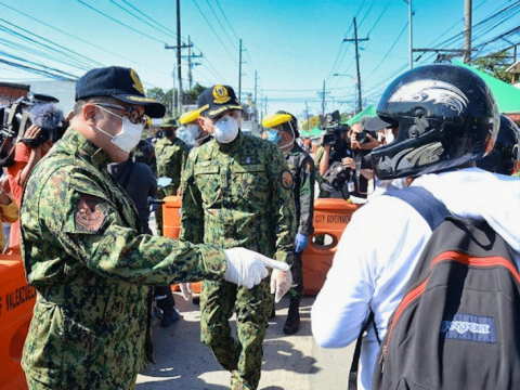 Police officers conduct inspections at the checkpoint near the border of Valenzuela, Bulacan, and Metro Manila, on March 19. Photo: Philippine National Police/ Public Domain