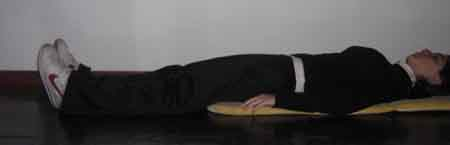 ejercicio de elongacion de espalda acostada