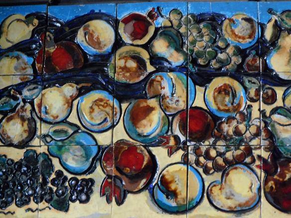Fresque en céramique représentant divers fruits et la grenade l'emblème du pays (c) G.A.-D.