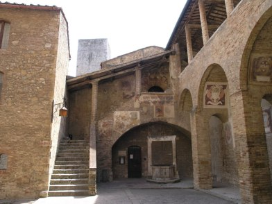 Palazzo Comunale in S. Gimignano, outdoor courtyard
