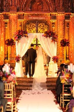 Elegant chuppah for Jewish wedding