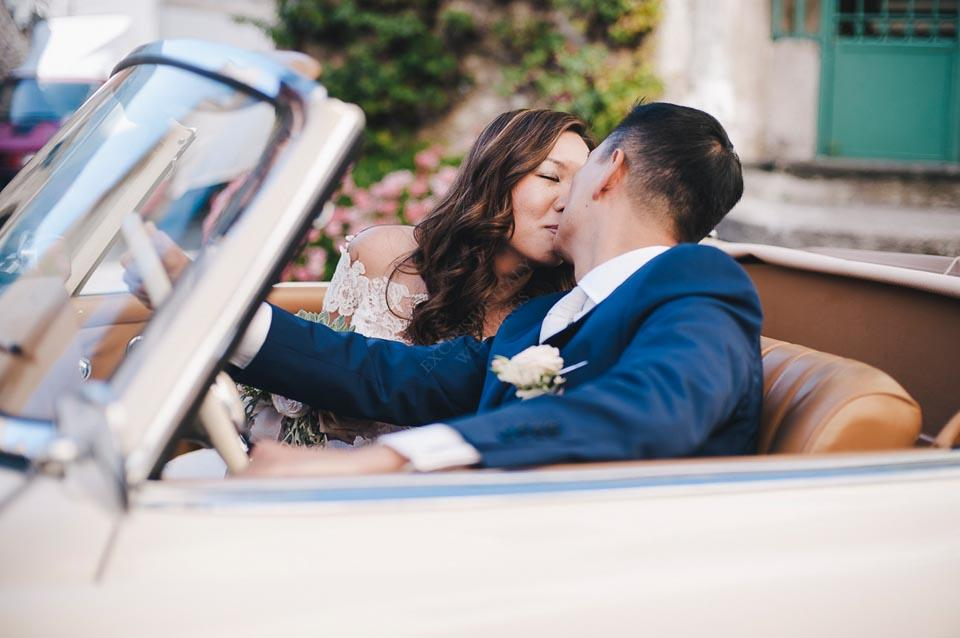 Weddings in Italy: bridal couple on vintage car