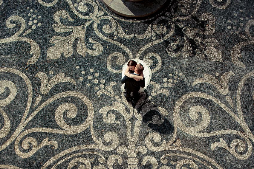 Bride and groom in the courtyard of Villa Durazzo