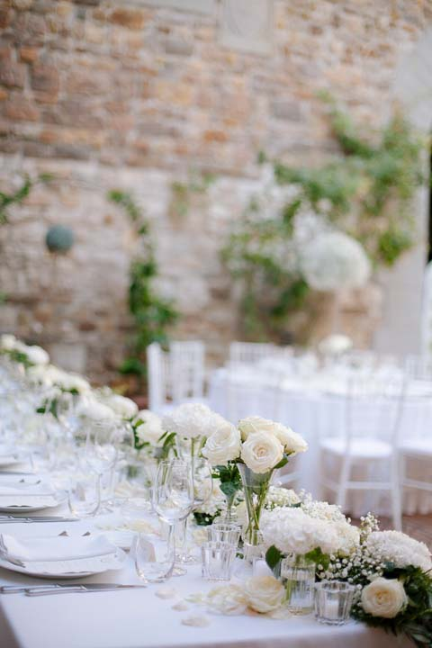Total white decorations for wedding reception in Tuscany