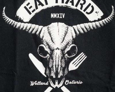 TEE SHIRT – GILDAN – MANCHE COURTE NOIR «EAT HARD» – Size M/L