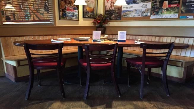 Les restaurants ont moins d'achalandage qu'avant. On le remarque avec les tables vides.