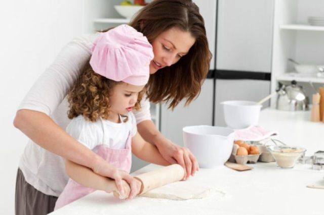 zabawa z dzieckiem w kuchni