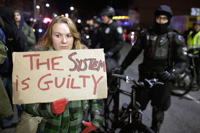 Dena Wessel stands near police officers during protests in Seattle, Washington, Image: rappler.com