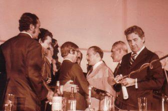 Chico Xavier, fotos inéditas. Freitas Nobre cumprimenta Chico Xavier, com Jamil Salomão em primeiro plano segurando um documento.