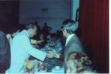 Chico Xavier, fotos inéditas. Chico cumprimentado pelo então deputado federal Freitas Nobre.