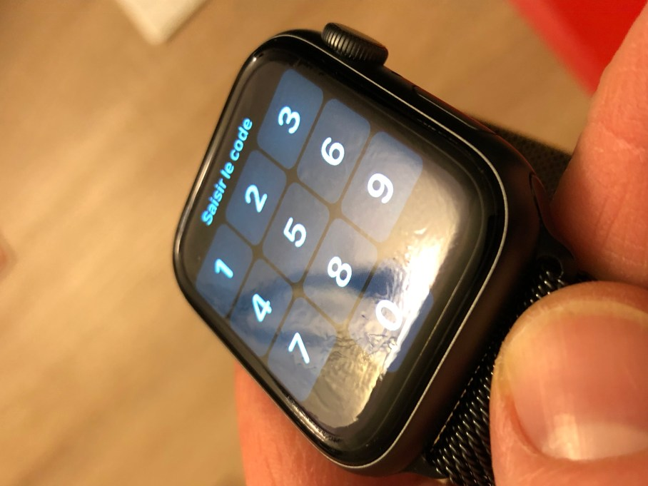 Zagg_Apple_Watch_Invisible_Shield_06