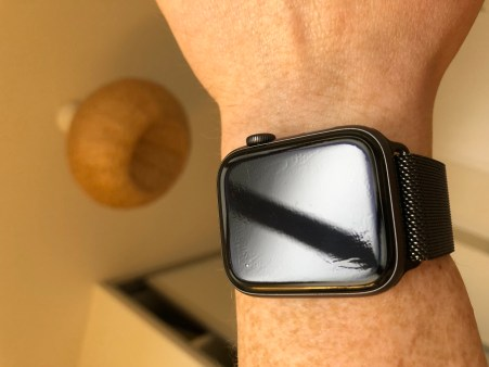 Zagg_Apple_Watch_Invisible_Shield_08