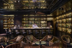 Colonial and jazzy atmosphere : the Bamboo Bar