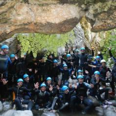 Grupo de usuarios haciendo descenso de barrancos con la Empresa Team 4 you en Málaga