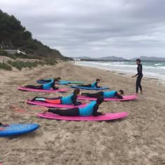 Alumnos de la Escuela Surf School Mallorca en la playa en Mallorca