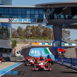 Coches salienodo del paddock en el Circuito de Jerez