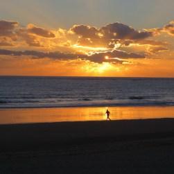 Persona corriendo por la Playa de la Barrosa en Chiclana de la Frontera