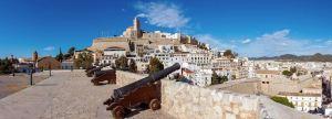 Cañones en la muralla de Dalt Vila en Ibiza en las Islas Baleares