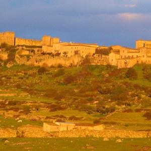 Vista a lo lejos de las murallas de Trujillo en la provincia de Cáceres