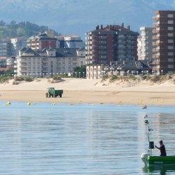 Barquito en la playa de San Martín en Santoña en Cantabria
