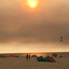 Visitantes practicando kitesurf en la playa de la Jara en Sanlúcar de Barrameda en la provincia de Cádiz
