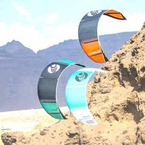 Cometas de kitesurf de la escuela windkite en Sanlúcar de Barrameda