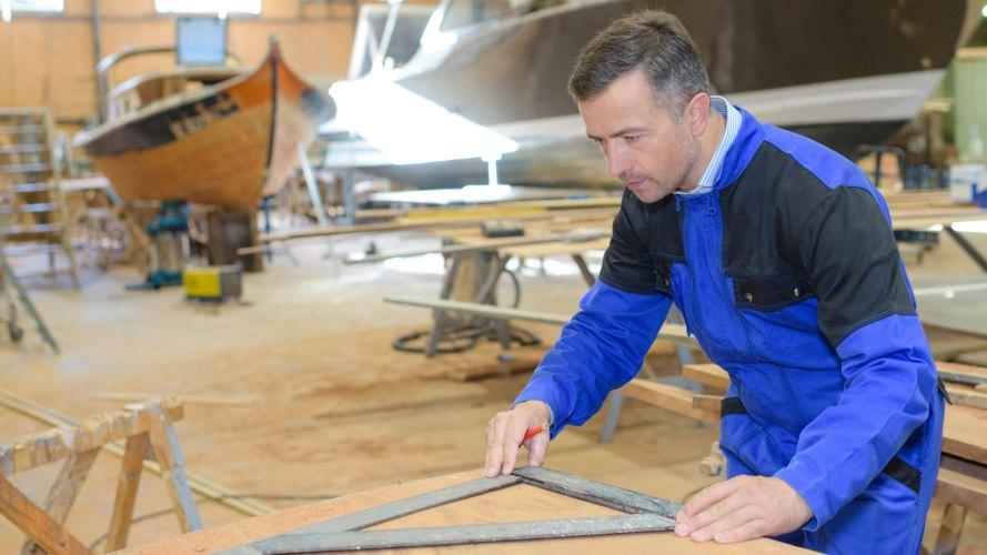 Un constructeur nautique utilisant un panneau contreplaqué