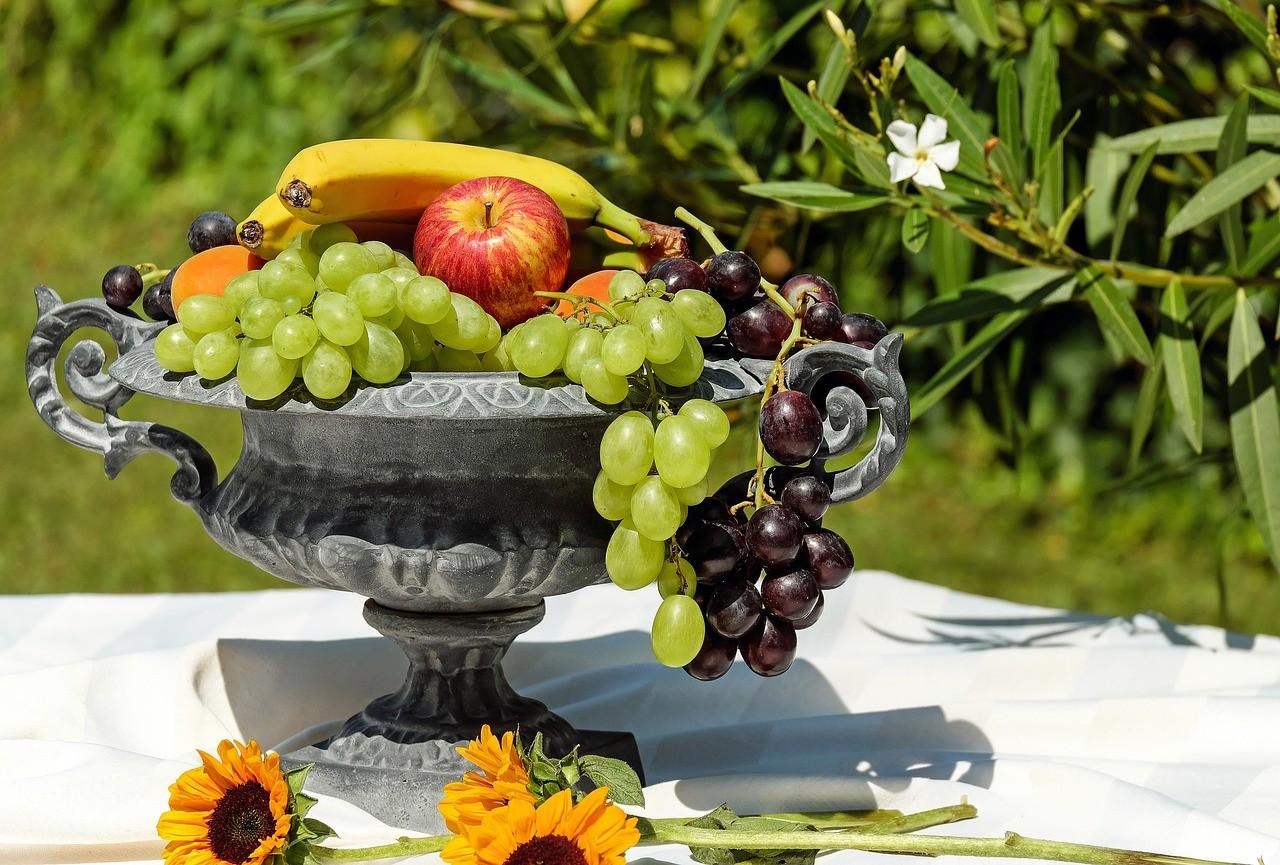 Eine Vintage Obstschale gefüllt mit unterschiedlichen Früchten