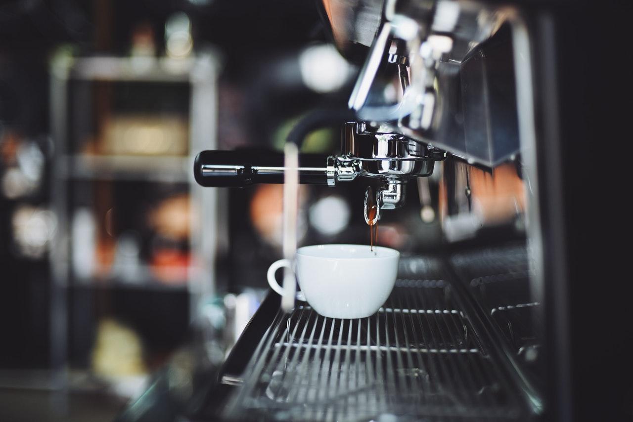 Espressomaschinen gibt es in unterschiedlichen Arten, Formen und Preisklassen