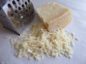 Kaesehobel für harten Kaese wie Parmesan