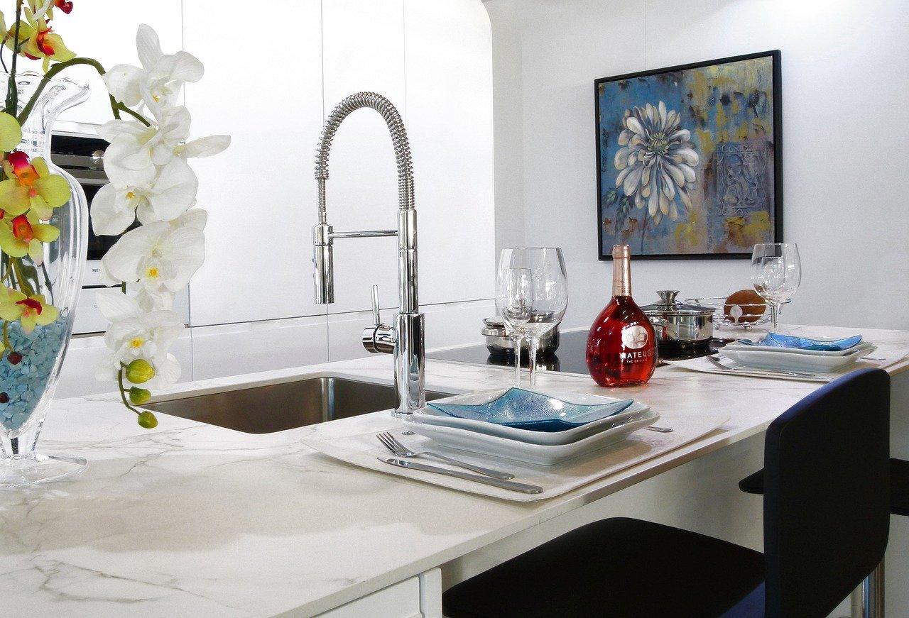 Küchenspülen gibt es mit den unterschiedlichsten Armaturen.