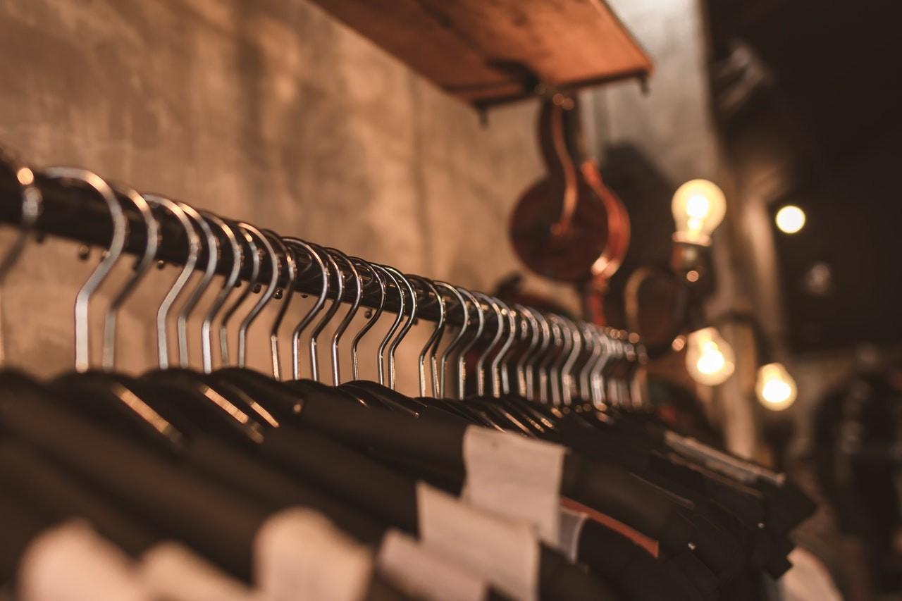 Kleiderständer sind so praktisch, weil sie viel Platz auf kleinen Raum bieten.