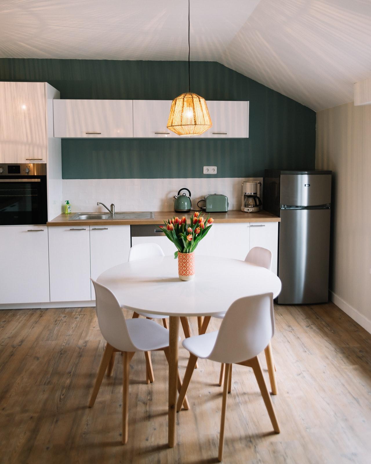 Mit einem Handstaubsauger mit Kabel kannst du die komplette Wohnung auf einmal saugen, ohne zwischendurch einen Akku aufladen zu müssen.