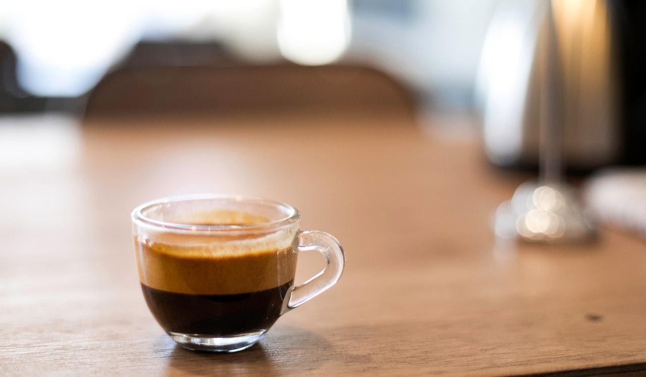 Durch die Kaffeepods fällt bei der Zubereitung mit einer Kaffeepodmaschine, besonders viel Müll an.