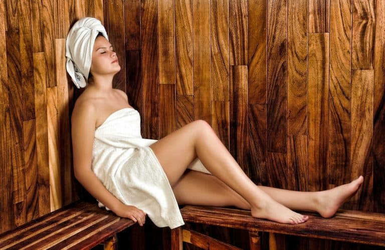 Saunalampe: Frau in Sauna