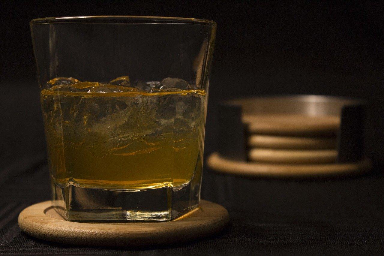 Eiswürfel im Whisky halten diesen zwar kühl, doch lässt ihn mit der Zeit auch stark verwässern. Mit Whisky Steinen passiert dies nicht.