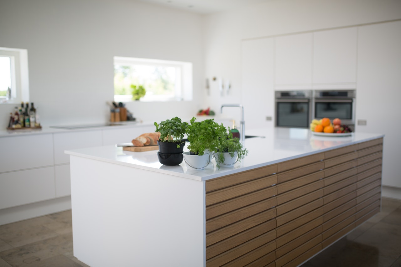 Verschandele Deine neue Küche nicht mit sichtbaren Mülleimer. Investiere lieber in einen Einbau Mülleimer - Du wirst im Nachhinein froh sein.