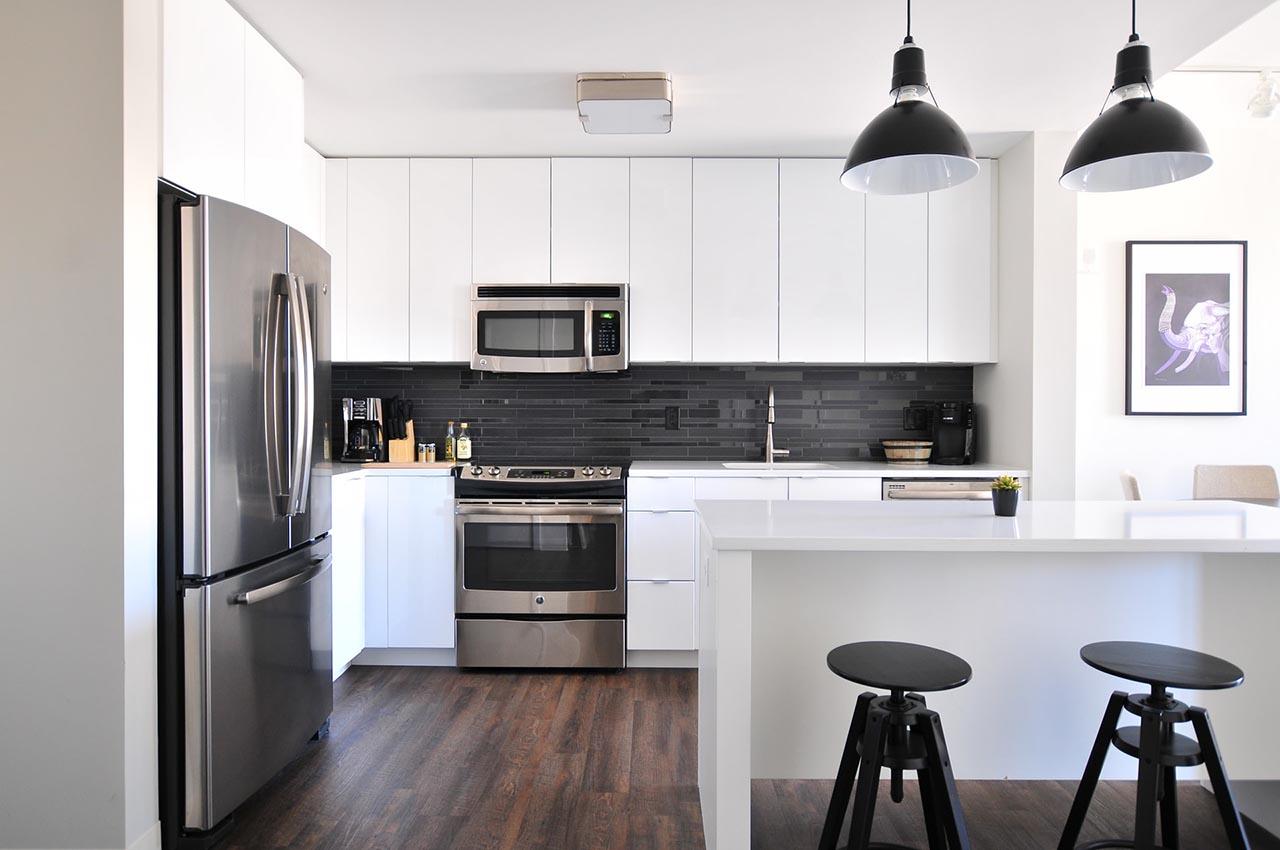 Eine Mikrowellenhalterung ist optimal für kleine Küchen mit wenig Platz.