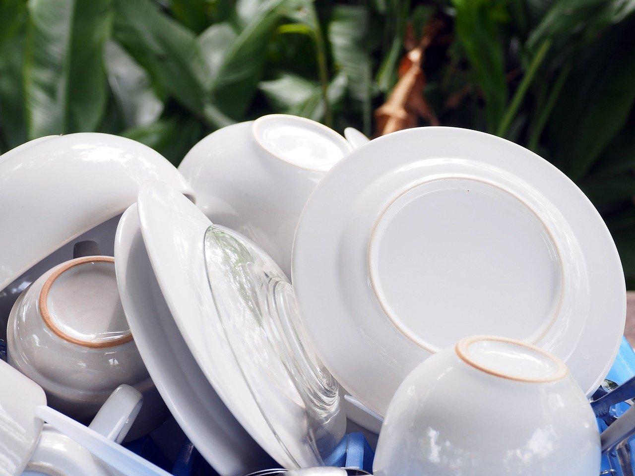 Dank einem vollintegrierten Geschirrspüler musst Du kein Geschirr mehr händisch abwaschen.