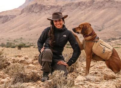 Heyfa avec sa chienne Athène au parc de Bouhedma