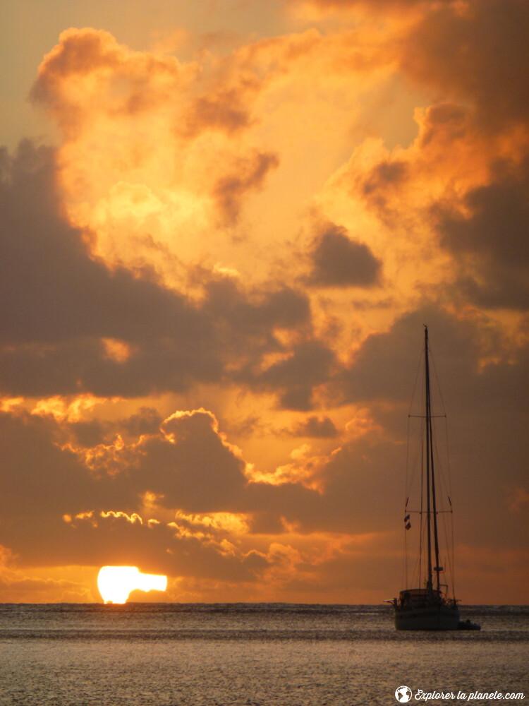 iles-visiter-polynesie-francaise-couchee-de-soleil-huahine