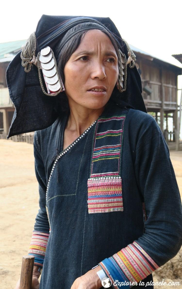 Femme Akha pixor avec un habit traditionnel au Nord du Laos