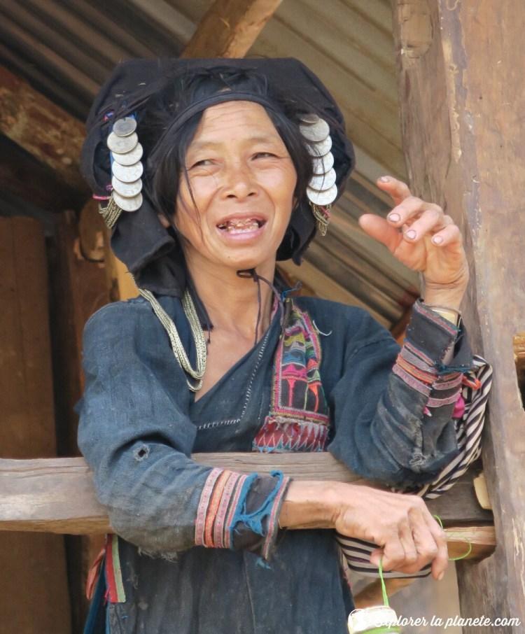 Dame Akha pixor avec un habit traditionnel dans un village au Nord du Laos