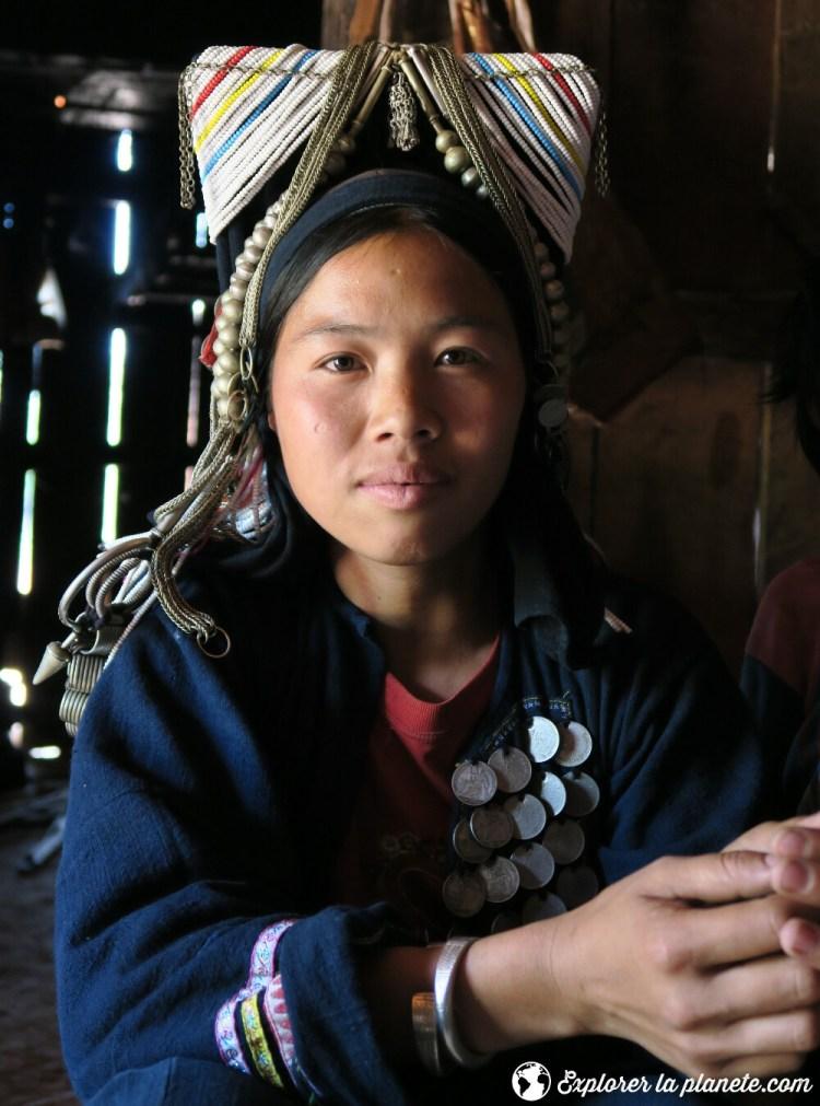 Jeune femme akha avec habit traditionnel près de Ou Tai dans le Nord du Laos