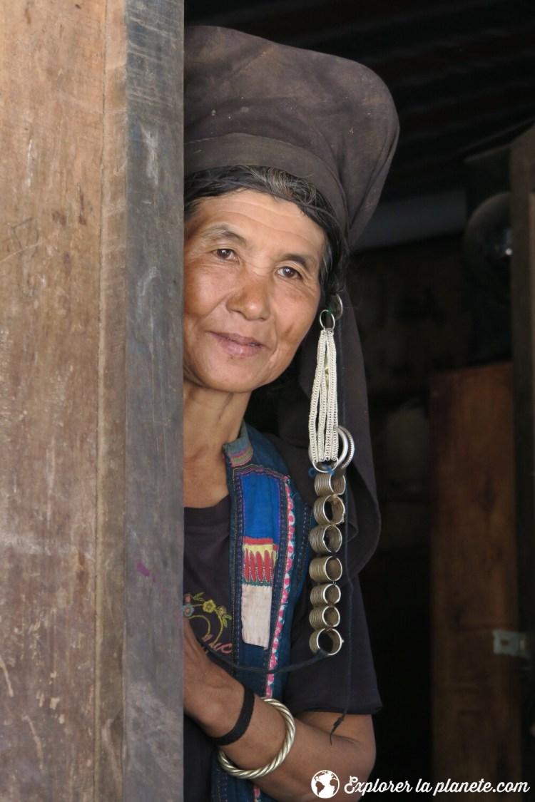 Femme souriante Akha près de Ou Tai dans le Nord du Laos